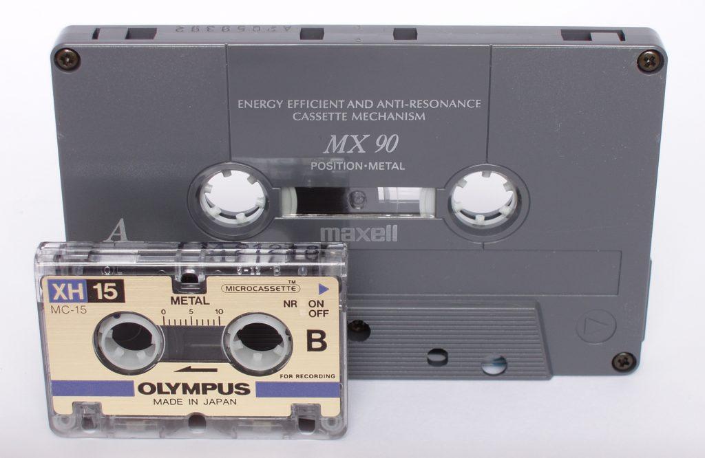 Микрокассета и компакт-кассета в сравнении